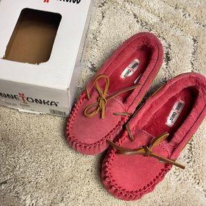 MINNETONKA - Girls Hot Pink Moccasins